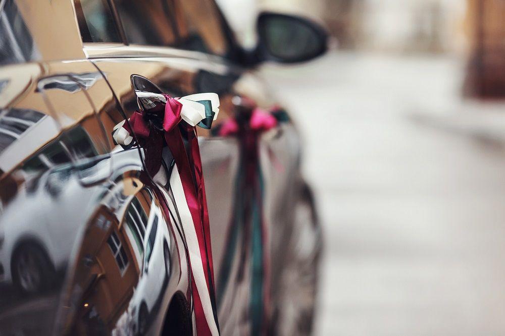 le ruban pour la décoration du cortège de voitures de mariage