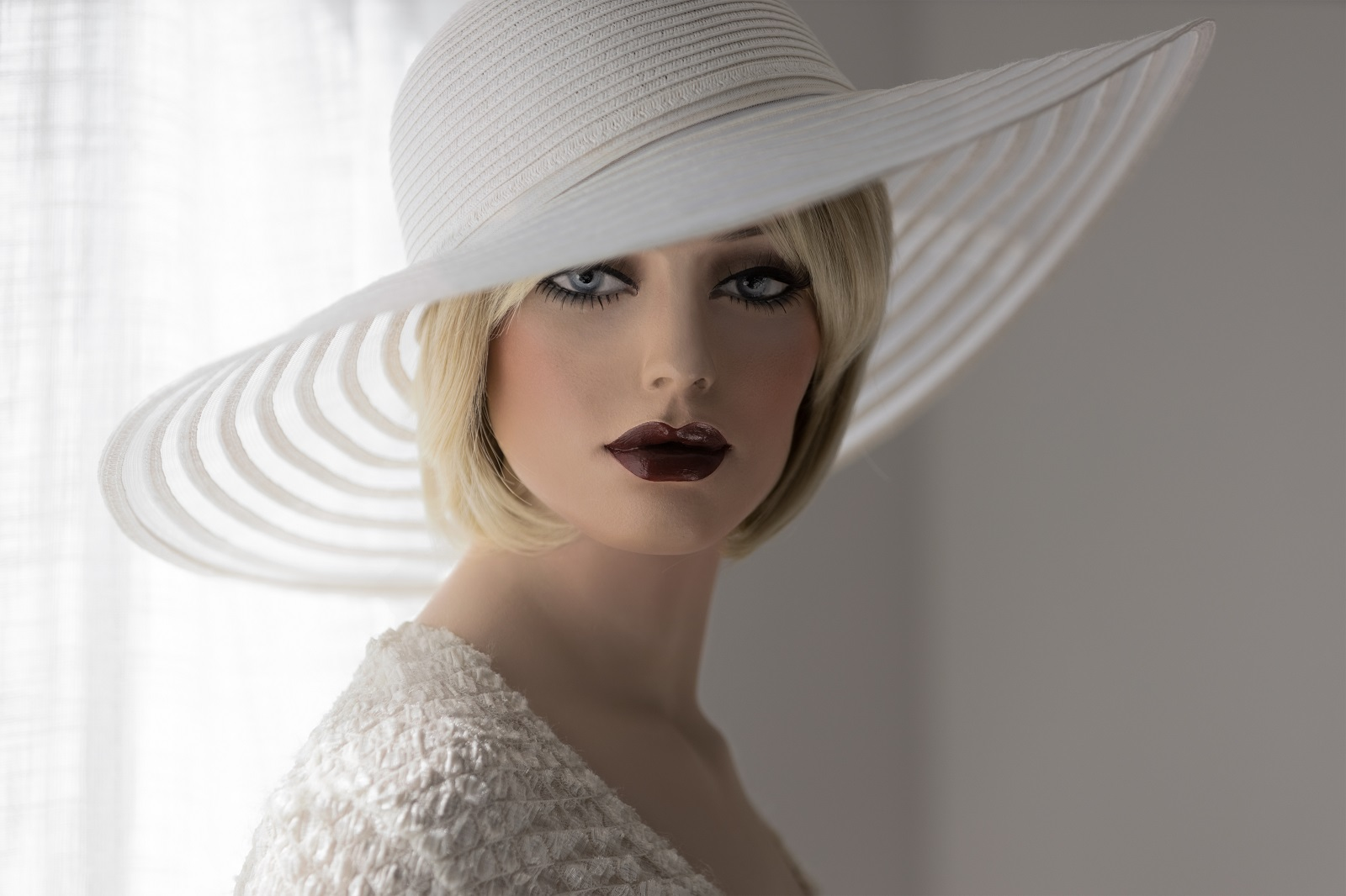 Un chapeau luxueux qui laisse passer la frange