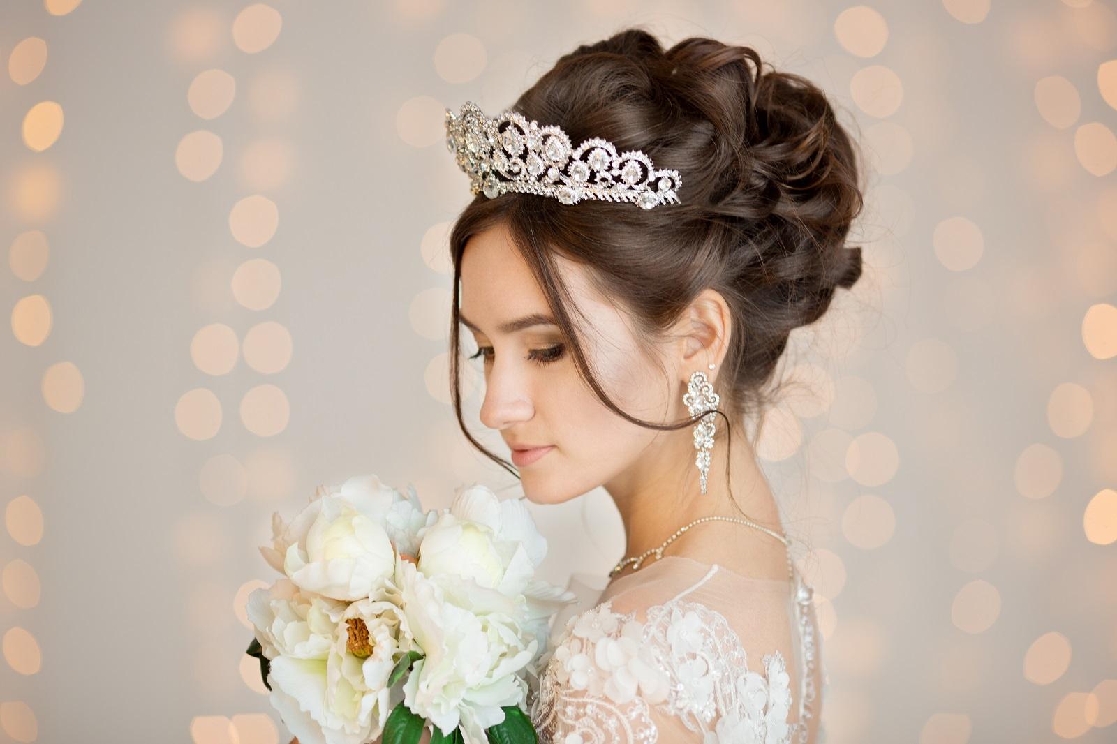 Un chignon et une couronne de princesse