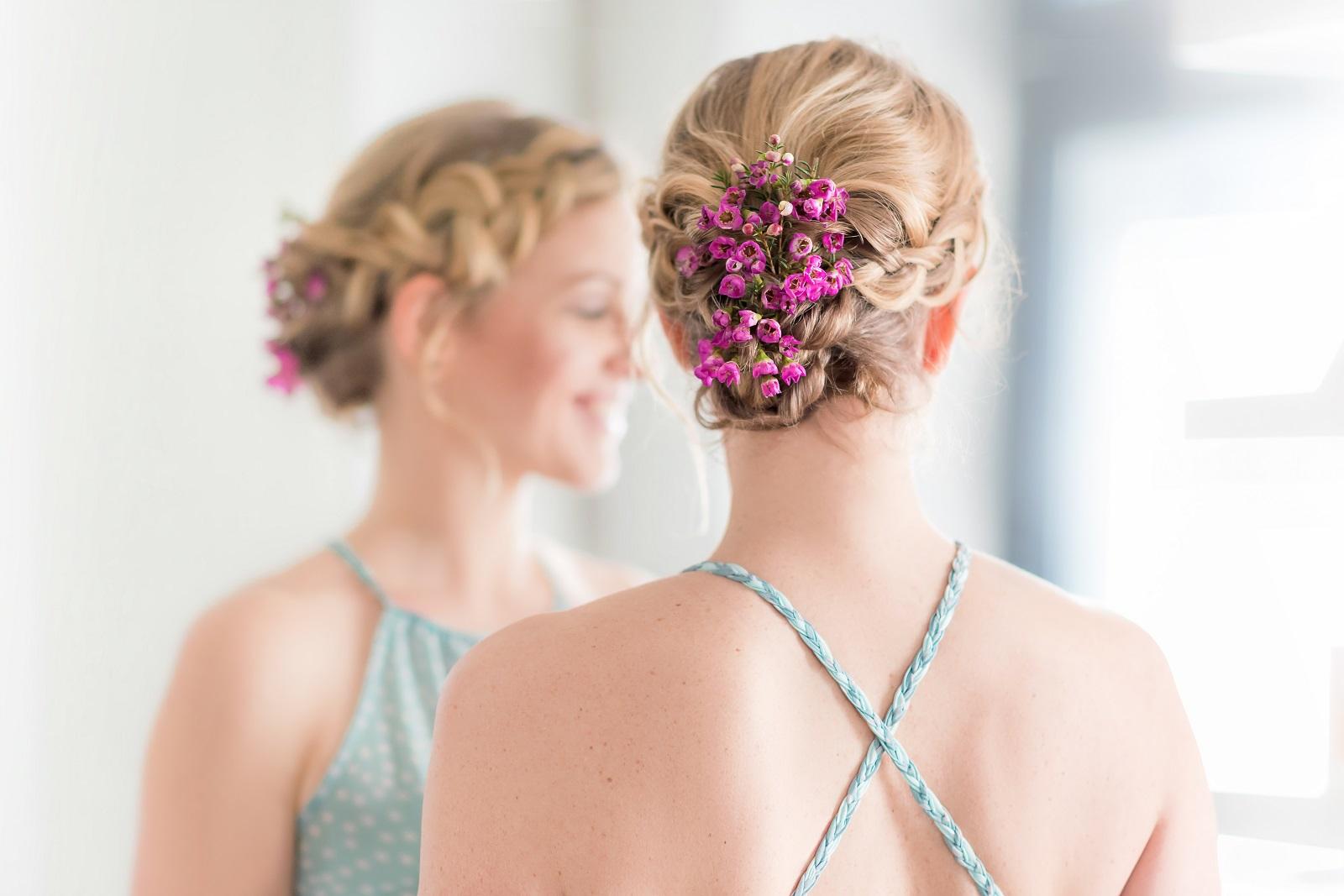 Une coiffure courte avec des fleurs