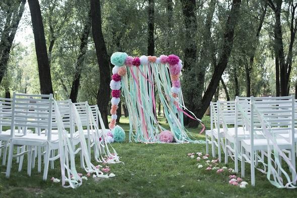 un d cor de photobooth r aliser avec des rubans diy mariage. Black Bedroom Furniture Sets. Home Design Ideas