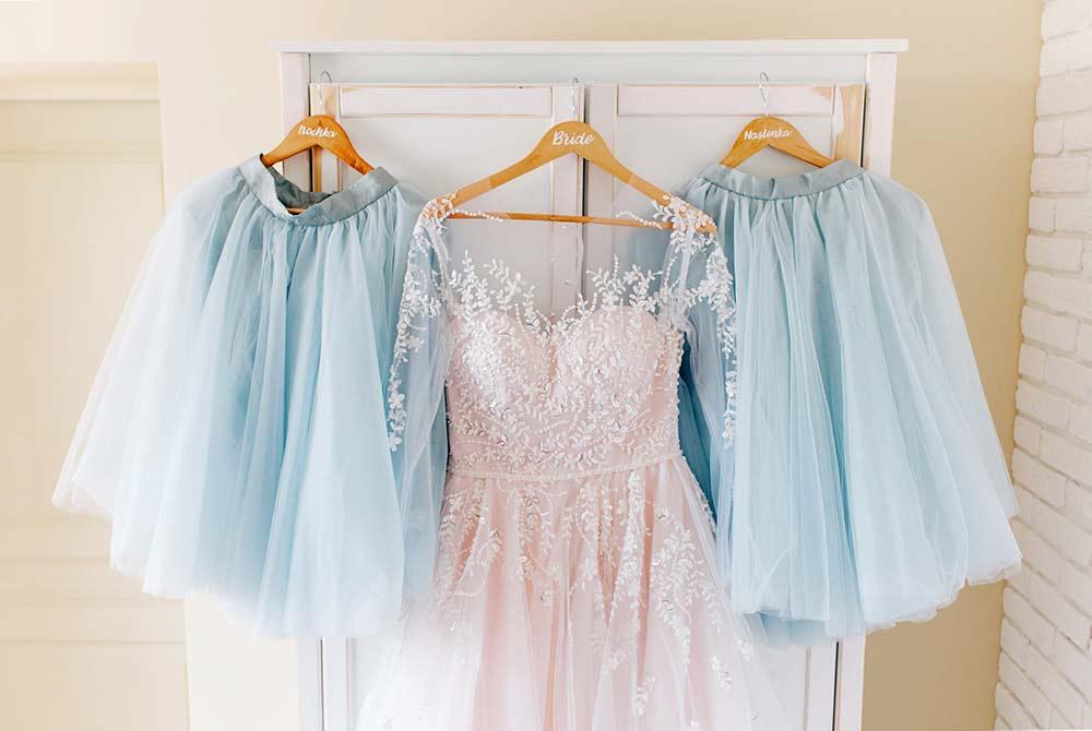 La robe de mariée suspendue