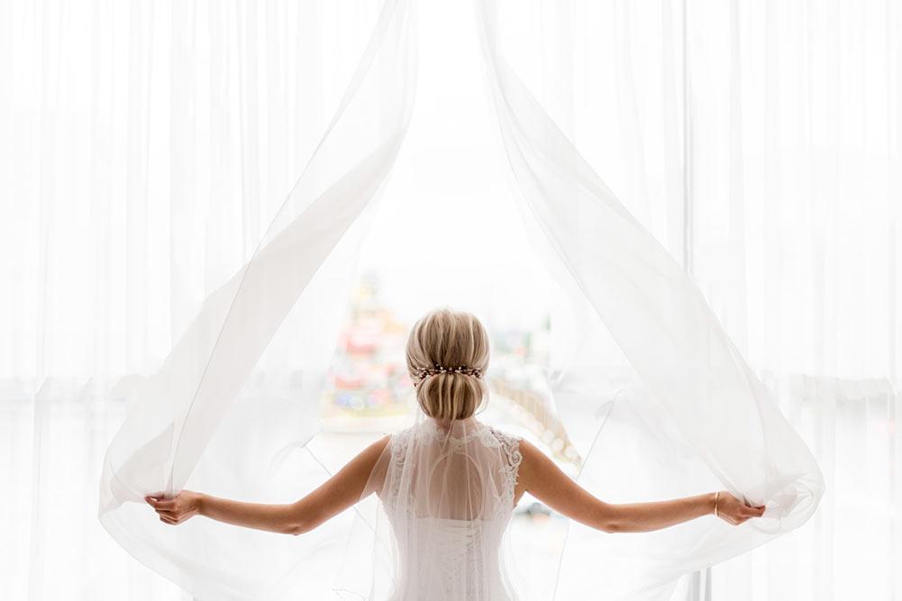 La mariée devant la fenêtre