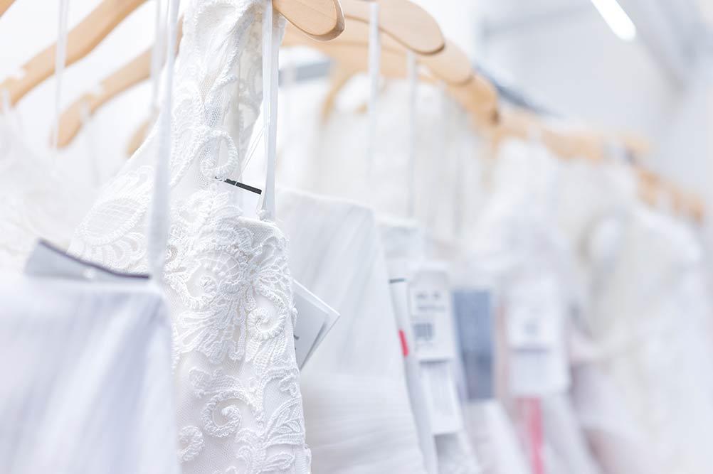 Robes de mariées avec étiquettes de prix